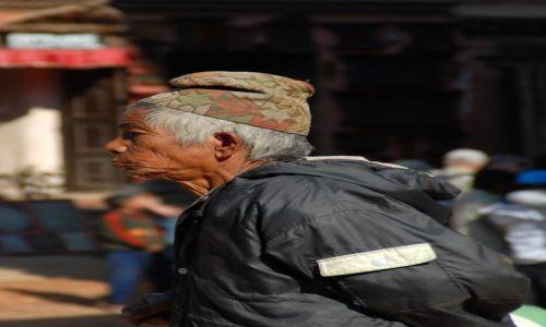 Zdjęcie NEPAL / Kathmandu valley / Bahktapur City / zamyslony obywatel ...