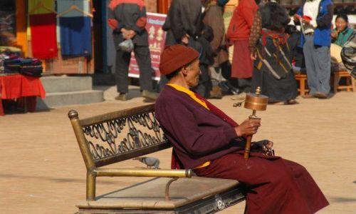 Zdjęcie NEPAL / Kathmandu valley / Kathmandu / mnich z mlynkiem modlitewnym