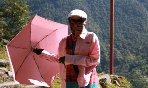 Zdjecie NEPAL / himalaje / nn / chinska dziewczyna na gorskiej trasie