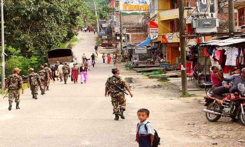 Zdjecie NEPAL / Annapurna Circuit / Bekschishawar / Patrol rządowy