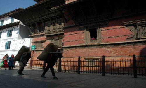 Zdjęcie NEPAL / durbar sq / kathmandu / tragarze