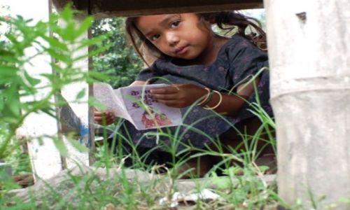 Zdjecie NEPAL / brak / gdzies na szlaku / dziewczynka z książeczką