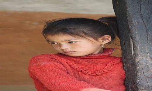 Zdjecie NEPAL / - / W drodze pod Dhaulagiri / Smutna dziewczynka