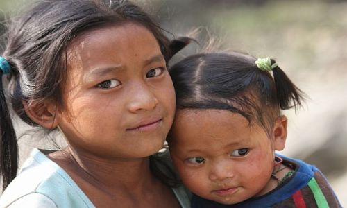 Zdjecie NEPAL / - / W jednej z wiosek w drodze pod Dhaulagiri / Dziewczynki