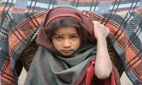 Zdjecie NEPAL / - / W jednej z wiosek w drodze pod Dhaulagiri / Mała niania
