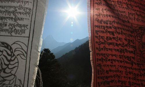 Zdjecie NEPAL / - / W drodze do Mount Everest Base Camp / Biało - czerwony Nepal