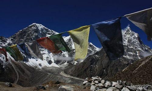 Zdjecie NEPAL / - / Widok na Cholatse i Taboche Peak z Duglhi / Flagi