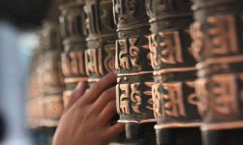 Zdjecie NEPAL / - / Młynki modlitewne w Swayambhu w Katmandu  / Ręką