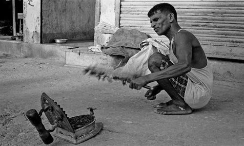 Zdjecie NEPAL / Annapurna / Besisahar / Mężczyzna z żelazkiem