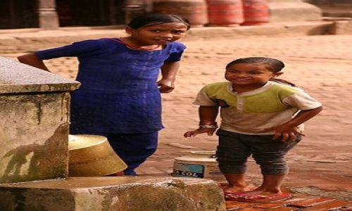 Zdjecie NEPAL / Kathmandu Valley / Bhaktapur / dziewczynki