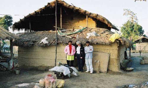 NEPAL / Terai / Sauraha / domy ludu Tharu