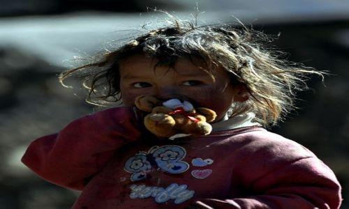 Zdjecie NEPAL / Lantang Himalaya / Kyanjin Gompa / Dziecko z polskim misiem made in china