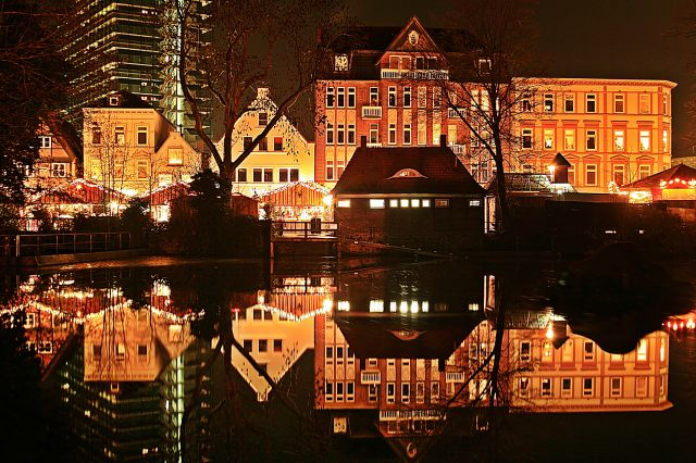Zdjęcia: Miasto od  strony zamku, z odbiciem w malym jeziorku ., Hamburg / Bergedorf ., Swiatecznie z odbiciem ., NIEMCY