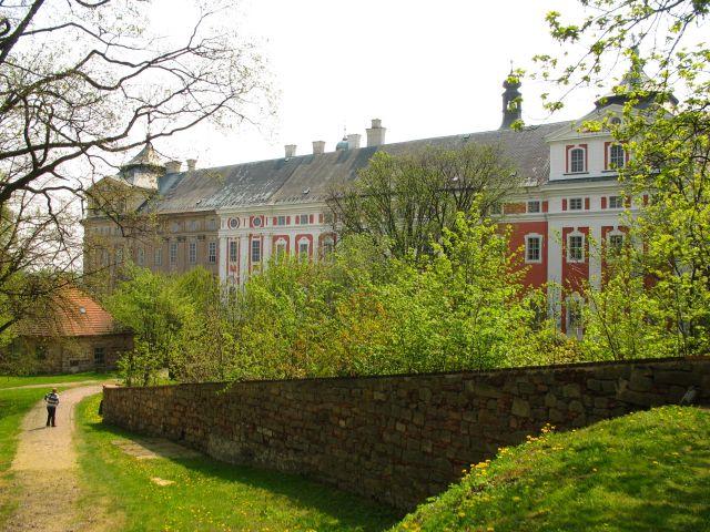 Zdjęcia: Broumov, klasztor Benedyktynów za wiosennym murem, CZECHY