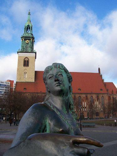 Zdjęcia: Berlin, Fontanna Neptuna, a w tle Kościół NMP, NIEMCY