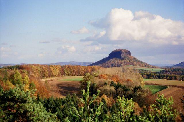 Zdjęcia: Saska Szwajcaria, widok od północy na Lilienstein, Saksonia, jesień nad Łabą, NIEMCY