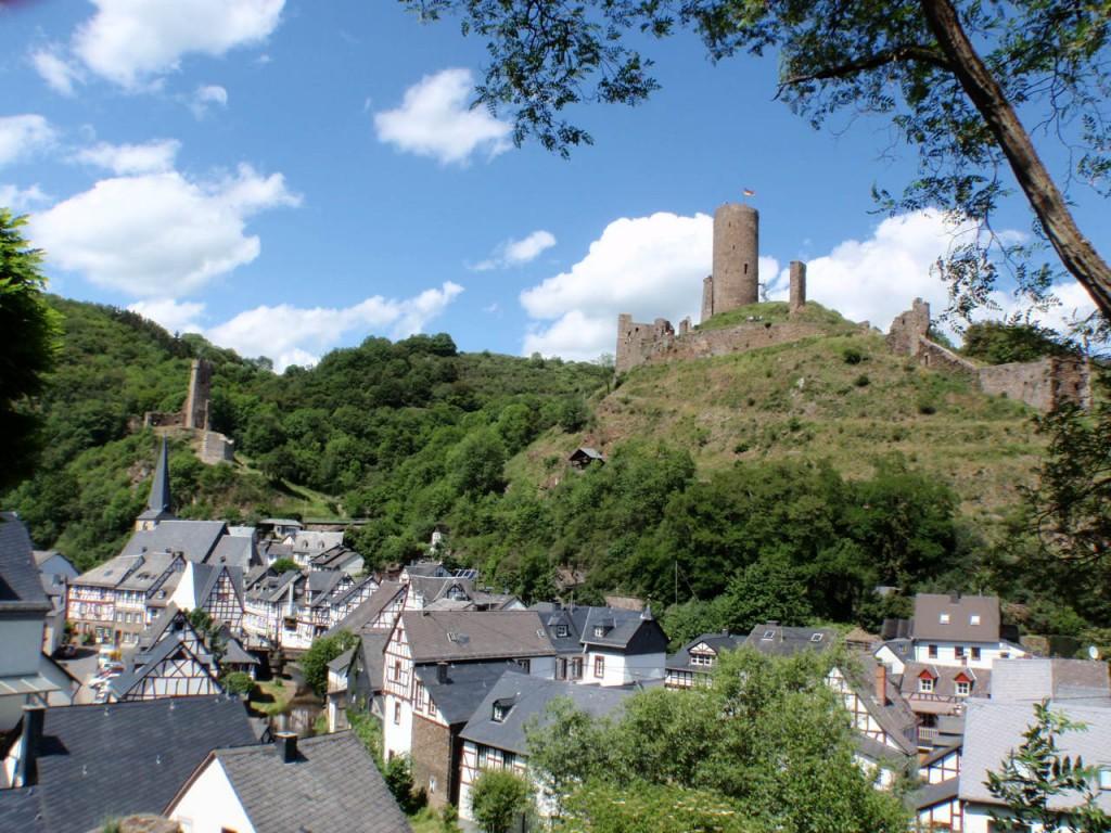 Zdjęcia: Dolina Mozeli, Nadrenia Palatynat, Mozela zamek Monreal, NIEMCY