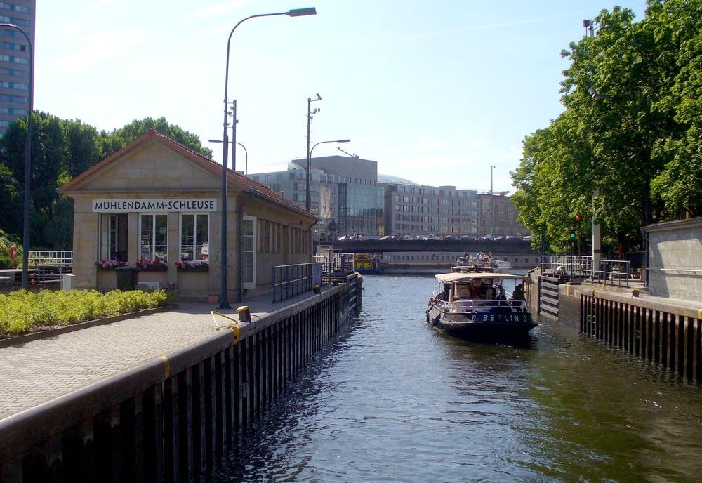 Zdjęcia: Rzeka Szprewa, Berlin, Wypływamy ze śluzy., NIEMCY