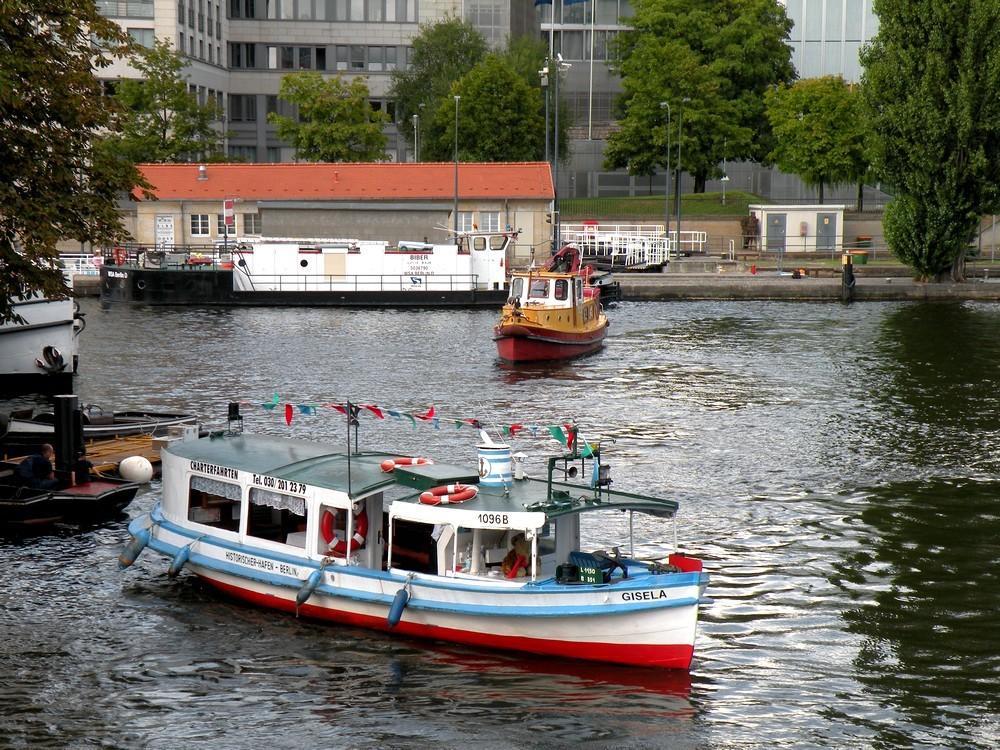 Zdjęcia: Berlin rzeka Szprewa, Berlin, Na tym stateczku towarzyszyłem spływowi kajakowemu., NIEMCY