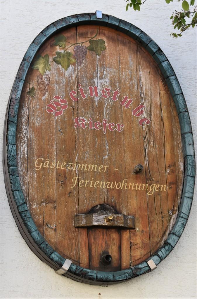 Zdjęcia: Maikammer, Nadrenia Pallatynat, Maikammer, dekoracja domów zdobionymi beczkami na wino, NIEMCY