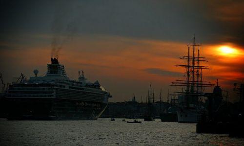 Zdjęcie NIEMCY / Hamburg / Port / Rejs  w strone slonca ..