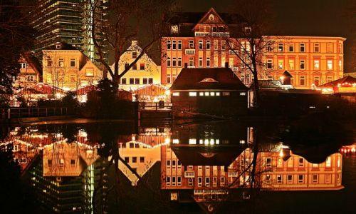 NIEMCY / Hamburg / Bergedorf . / Miasto od  strony zamku, z odbiciem w malym jeziorku . / Swiatecznie z odbiciem .