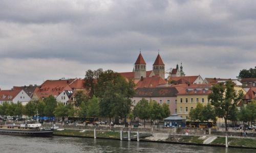NIEMCY / Bawaria / Ratyzbona / Ratyzbona, widok z zabytkowego mostu
