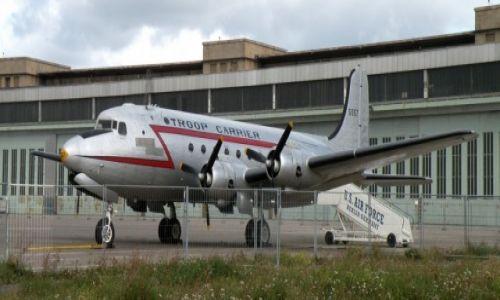 NIEMCY / Berlin / lotnisko / Ameryka�ska pami�tka na lotnisku Tempelhof
