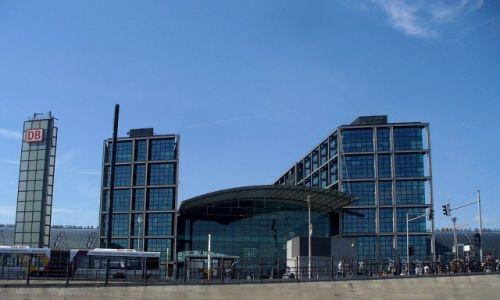 Zdjęcie NIEMCY / Berlin / Rzeka Szprewa / Dworzec Hauptbahnhof z poziomu kajaka
