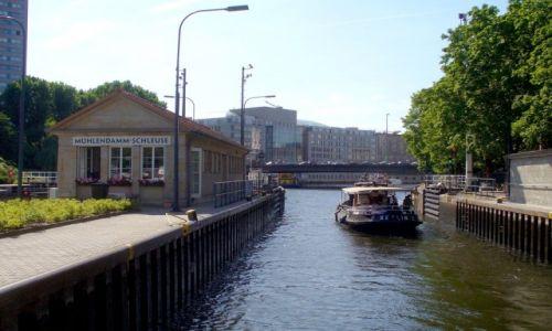 Zdjęcie NIEMCY / Berlin / Rzeka Szprewa / Wypływamy ze śluzy.