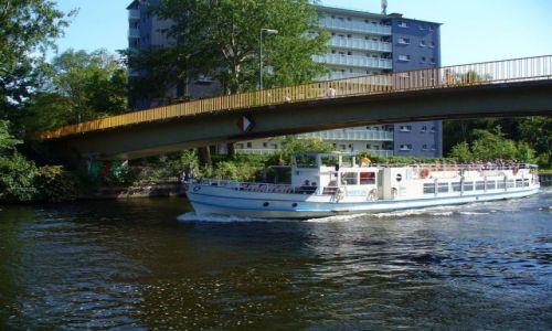 Zdjęcie NIEMCY / Berlin / Berlin rzeka Szprewa / Mijane statki wycieczkowe