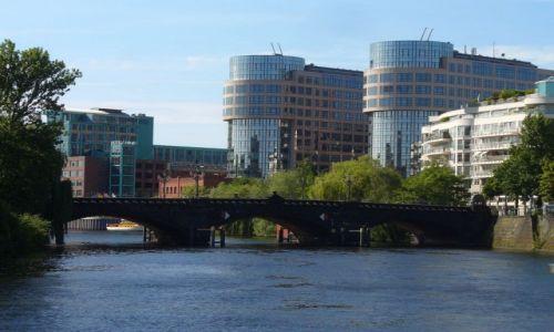 Zdjęcie NIEMCY / Berlin / Berlin rzeka Szprewa / Ciekawa zabudowa