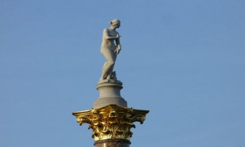 Zdjęcie NIEMCY / Branderburgia / Poczdam park San, Souci / Rzeźba na tle błękitu