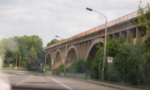 Zdjecie NIEMCY / -Saksonia An. / małe miasteczko / wiadukt