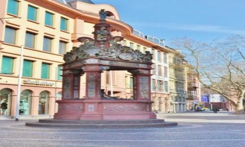 Zdjęcie NIEMCY / Nadrenia-Palatynat / Moguncja / Moguncja, stare miasto, studnia