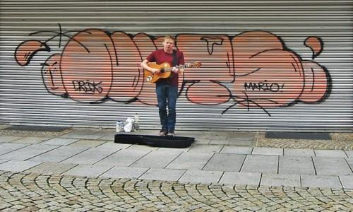 Zdjecie NIEMCY / Dolna Saksonia / Hildesheim / Chłopak z gitarą