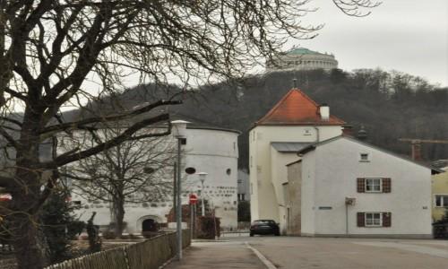 Zdjęcie NIEMCY / Niederbayern / Kelheim / Kelheim, fragmenty fortyfikacji i pamiątka zwycięstwa nad Napoleonem