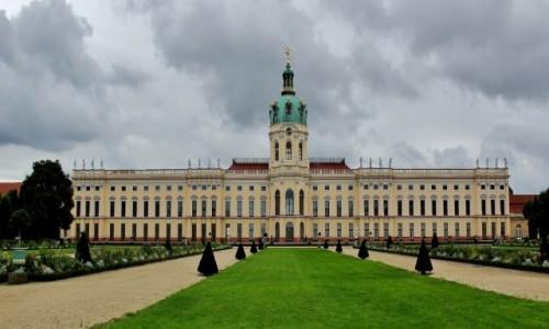 NIEMCY / Berlin / Berlin / Pałac Charlottenburg z 1699 roku od strony ogrodu