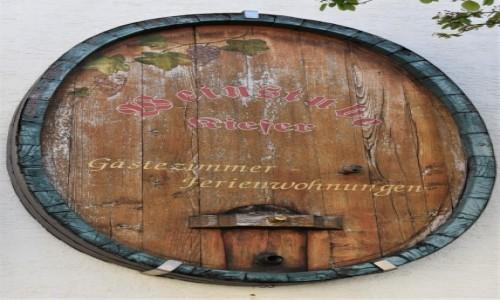 Zdjecie NIEMCY / Nadrenia Pallatynat / Maikammer / Maikammer, dekoracja domów zdobionymi beczkami na wino