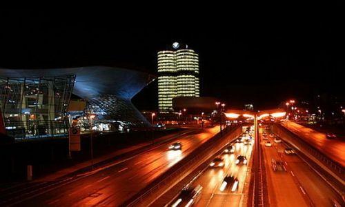 NIEMCY / Bawaria / Monachium / Centrala i biurowiec BMW nocą
