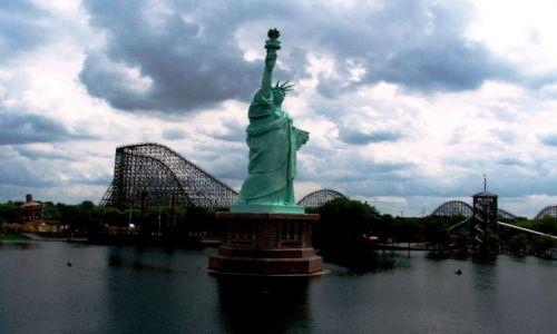 Zdjecie NIEMCY / Niemcy / W środku wesołego miasteczka, znajduje się sztuczne jezioro ze Statuą Wolności...  / hmmm... czyzby przeniesli Statuę Wolności z Ameryki....