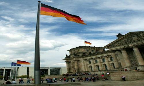 NIEMCY / - / Berlin / Flaga przed Reichstagiem