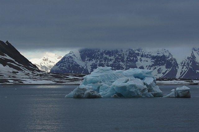 Zdjęcia: Hornsund, Spitsbergen, Światełko w ... fiordzie, NORWEGIA