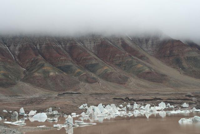 Zdjęcia: zanikajace jezioro w okolicach trojkolorowej góry, Svalbard, Jeziora wysychają, NORWEGIA
