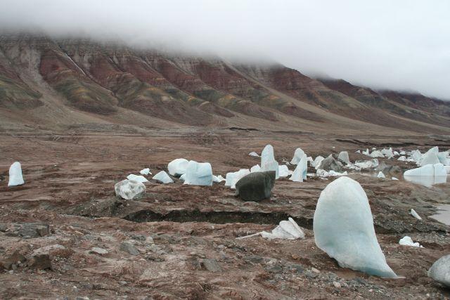 Zdj�cia: zanikajace jezioro w okolicach trojkolorowej g�ry, Svalbard, Jak duzy jest ten blok ?, NORWEGIA