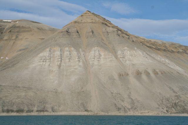 Zdj�cia: W drodze do Skansbukty. Niewiarygodnie regularne ksztalty, Svalbard, Natura rzezbi piramidy, NORWEGIA