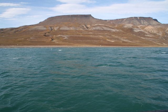 Zdjęcia: W drodze do Skansbukty. Niewiarygodnie regularne ksztalty, Svalbard, Natura rzezbi - mury, NORWEGIA
