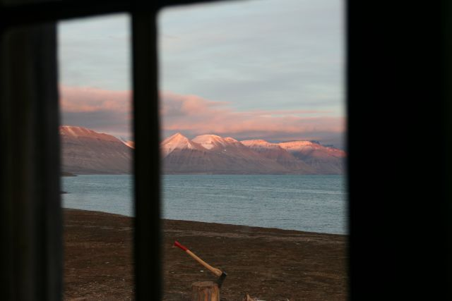 Zdjęcia: z naszej chatki, Svalbard, przez okno, NORWEGIA