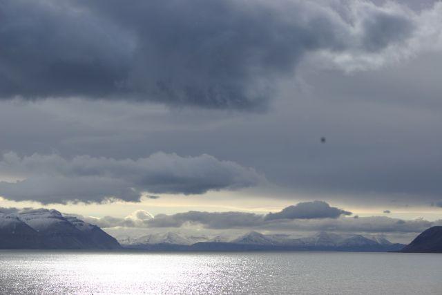 Zdjęcia: siedzac przed chatka., Svalbard, Swiatlo i dzwiek - na bramie 1, NORWEGIA