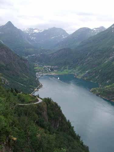Zdj�cia: Widok na miasto Geiranger, NORWEGIA